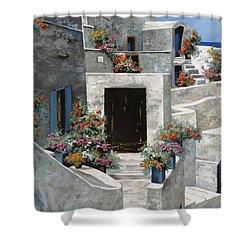 piccole case bianche di Grecia Shower Curtain by Guido Borelli