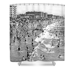 Santa Monica Beach In December Shower Curtain by Underwood Archives