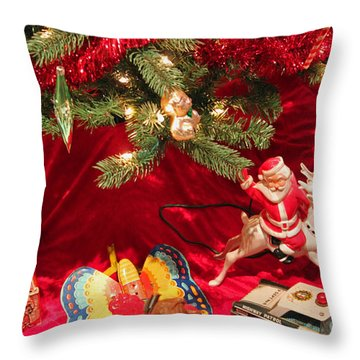 An Old Fashioned Christmas - Santa Claus Throw Pillow by Suzanne Gaff
