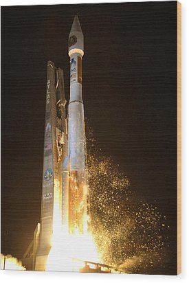 Wood Print featuring the photograph Atlas V Rocket Taking Off by Science Source