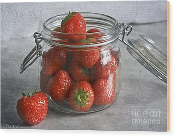 Berry Strawberries Wood Print by Tracy  Hall