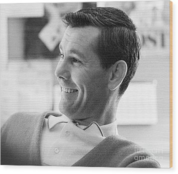 Johnny Carson On The Set Of The Tonight Show 1963 Wood Print by The Phillip Harrington Collection