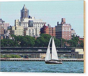 Manhattan - Sailboat Against Manhatten Skyline Wood Print by Susan Savad
