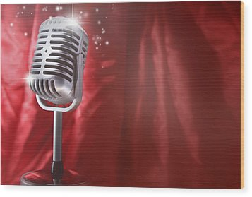 Microphone Wood Print by Les Cunliffe