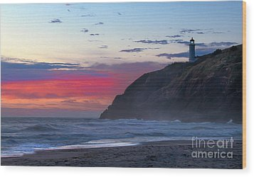 Red Sky At North Head Lighthouse Wood Print by Robert Bales