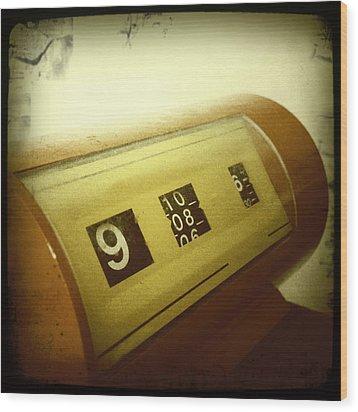 Retro Clock Wood Print by Les Cunliffe