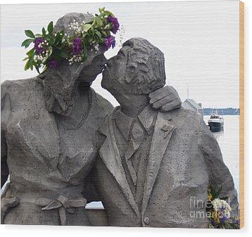 Richard Beyer Kissing Couple Statue Olympia Wa Wood Print by Ellen Miffitt