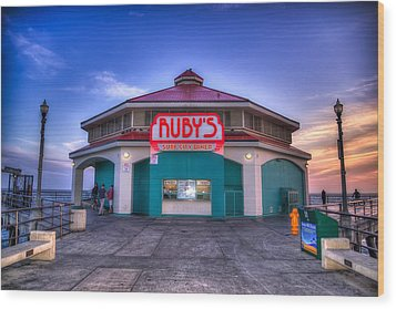 Ruby's Diner On The Pier Wood Print by Spencer McDonald