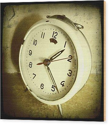 Vintage Clock Wood Print by Les Cunliffe