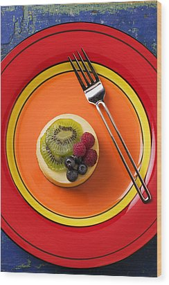 Cheesecake On Plate Wood Print by Garry Gay