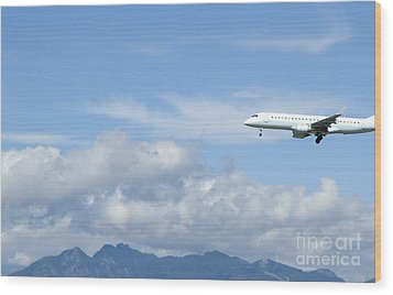 Commercial Airliner Coming In For A Landing Wood Print by Marlene Ford
