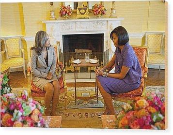 Michelle Obama Talks With Elizabeth Wood Print by Everett