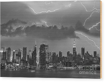 Nyc All Charged Up Bw Wood Print by Susan Candelario