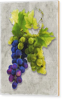 Red And White Grapes Wood Print by Elaine Plesser