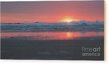 Sunrise From The Sand Wood Print by Linda Mesibov