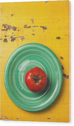 Tomato On Green Plate Wood Print by Garry Gay