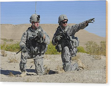 U.s. Army Soldiers Familiarize Wood Print by Stocktrek Images