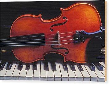 Violin On Piano Keys Wood Print by Garry Gay