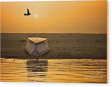 Dawn On The Ganga Wood Print by Valerie Rosen