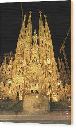 Night View Of Antoni Gaudis La Sagrada Wood Print by Richard Nowitz