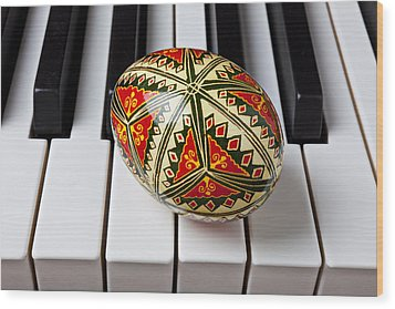 Painted Easter Egg On Piano Keys Wood Print by Garry Gay