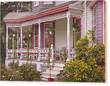 Victorian - Belvidere Nj - The Beauty Of Spring  Wood Print by Mike Savad