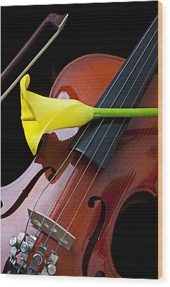 Violin With Yellow Calla Lily Wood Print by Garry Gay