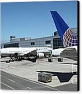 United Airlines Jet Airplane At San Francisco Sfo International Airport - 5d17116 Canvas Print by Wingsdomain Art and Photography