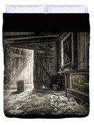 Inside Leo's Apple Barn - The Old Television In The Apple Barn Duvet Cover by Gary Heller