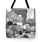 Arc De Triomphe Painter - B W Tote Bag by Chuck Staley