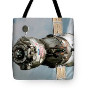 Iss Expedition 11 Crew Arriving Tote Bag by NASA / Science Source
