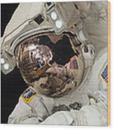 Iss Expedition 38 Spacewalk Wood Print by Science Source