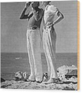 Couple On The Maine Shore Wood Print by Underwood Archives