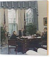 President George Bush Meets With Keys Wood Print by Everett