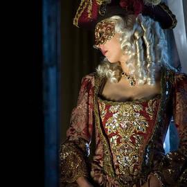 Zina Zinchik - Lady in Mask