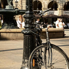 A bicycle at Plaza Real by RicardMN Photography