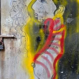Imran Ahmed - Beautiful woman with golden hair door graffiti art