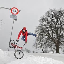 Matthias Hauser - BMX Flatland in the snow - Monika Hinz jumping