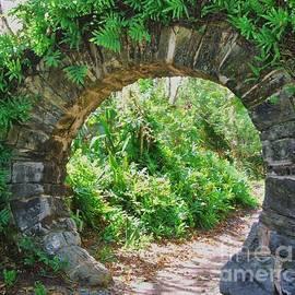 Marcus Dagan - Cambridge Moon Gate, Bermuda