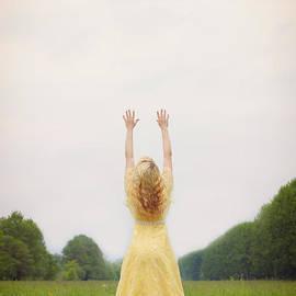 Joana Kruse - girl on meadow