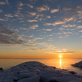Georgia Mizuleva - Greeting the Winter Sun on the Lake