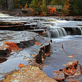 Lower Tahquamenon Falls by Dale Niesen