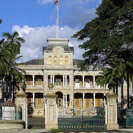 Old Palace in Honolulu by Linda Phelps