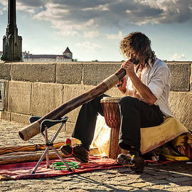 Jenny Rainbow - Playing Didgeridoo on the Charles Bridge. Prague