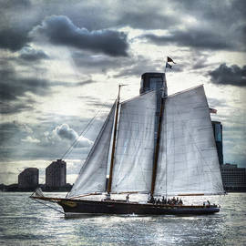 Evie Carrier - Sailing on the Hudson