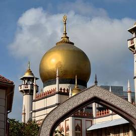 Sultan mosque and Omani arch Singapore by Imran Ahmed