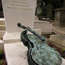 John Malone - Violen sculpture in Pere Lachaise cemetery