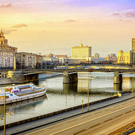 Moscow River and the White House by Alexey Stiop