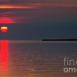 Sunset Over Lake Superior by Les Palenik