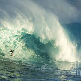 Bob Christopher - Surfing Jaws Maui Hawaii